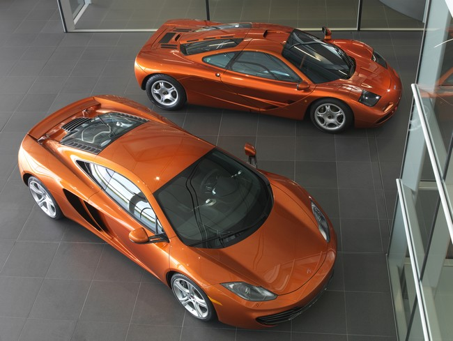 McLaren MP4-12C & McLaren F1. Foto: divulgação.