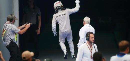 feliz-com-vitoria-hamilton-da-pulinho-antes-de-subir-ao-podio-na-malasia-1396174520159_956x500