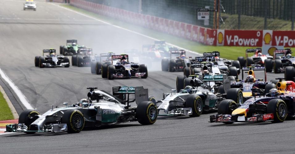 Rosberg cai para terceiro na largada e Hamilton avança.