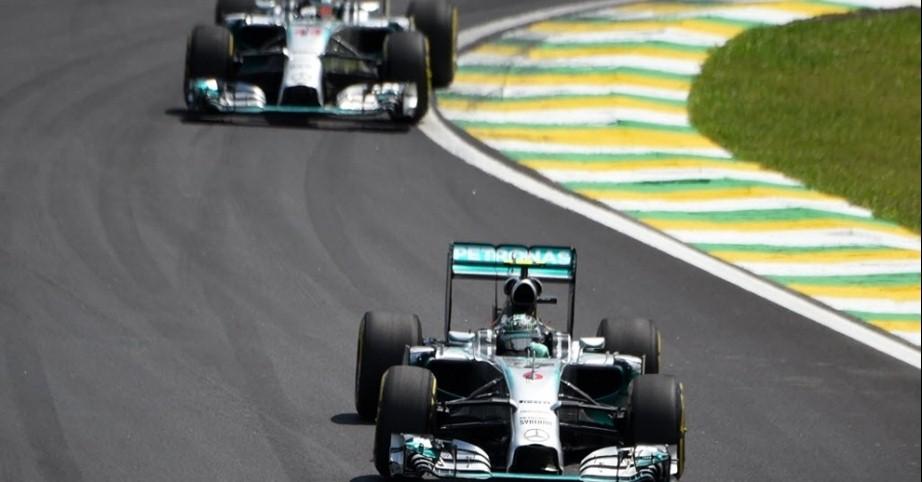 De perto, Hamilton viu Rosberg vencer, mas parece seguro.
