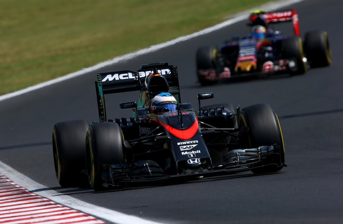 Empurrando o carro no treino e celebrando o quinto lugar na corrida. Fase complicada para Alonso, ainda.
