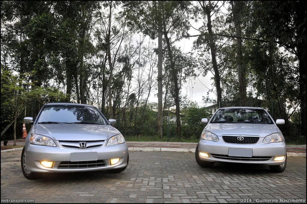 O Honda Civic 2005 EX que era meu e hoje está com o Guilherme, ao lado de seu principal concorrente, um Toyota Corolla SE-G também 2005.