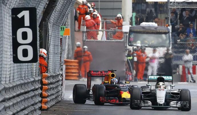 Momento em que Hamilton fecha Ricciardo. Coisa de corrida segundo os comissários.