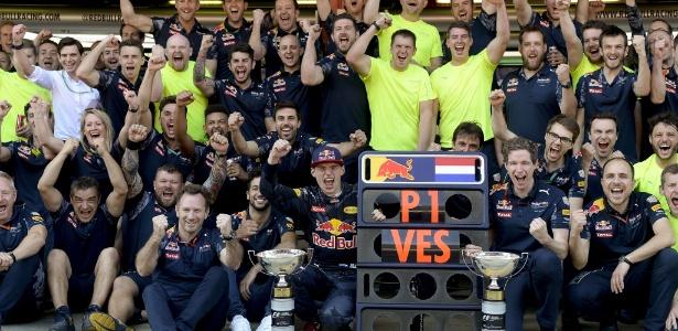 verstappen-celebra-com-a-sua-equipe-a-vitoria-no-grande-premio-da-espanha-1463333636173_735x360