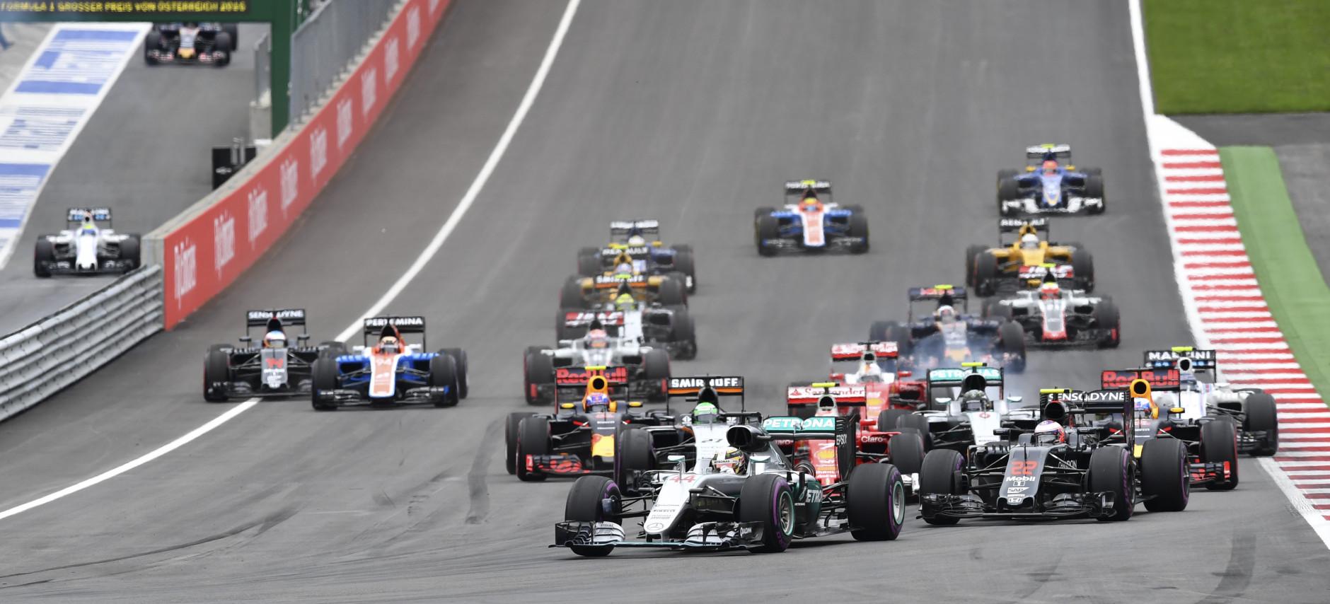 Hamilton segura a ponta. No pit-lane, Massa e Kvyat.