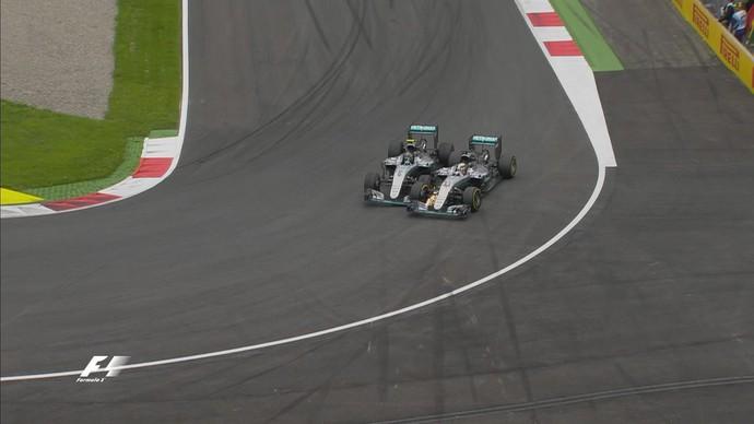 Rosberg, a curva é pra lá menino.