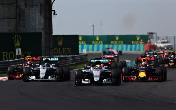 Hamilton abrindo caminho após a largada enquanto Rosberg ainda brigava com Ricciardo
