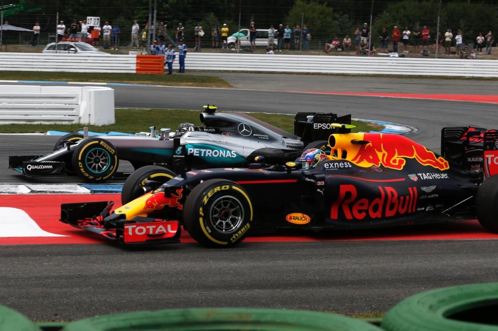 Muito além da pista. Rosberg joga duro com Verstappen, mas é punido.