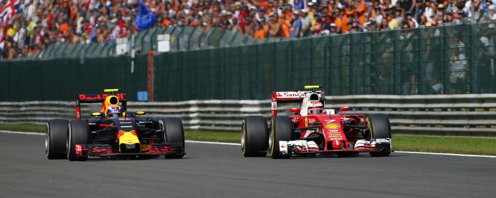 Verstappen contra Raikkonen. E o perigo passou muito perto.
