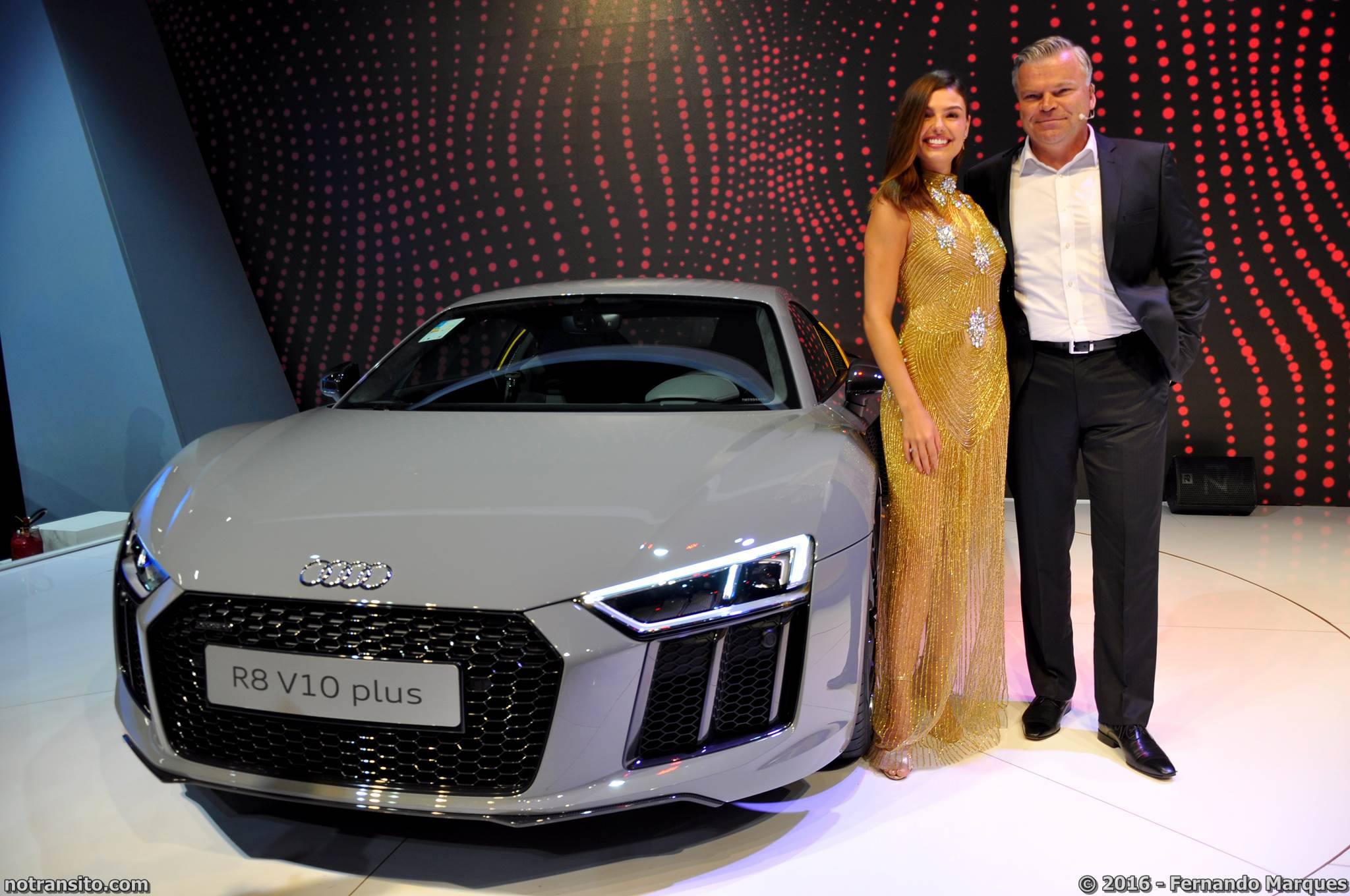 A atriz Isis Valverde apresentou juntamente com Jörg Hofmann, presidente e CEO da Audi do Brasil, o Novo R8 V10 Plus