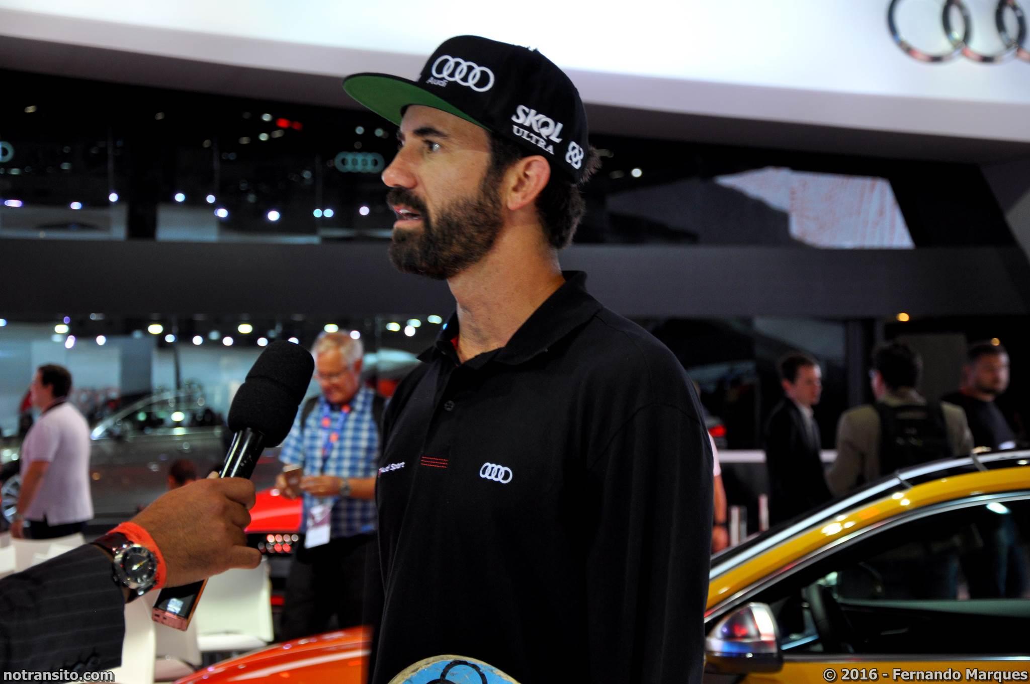 O skatista Bob Burnquist surpreendeu toda a imprensa durante a coletiva e apresentou o Novo Audi S5 Coupé. Ele saltou sobre o novo modelo, que estava parado entre duas rampas!