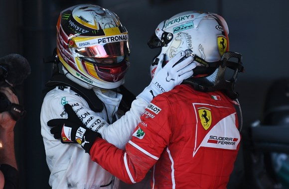 Hamilton foi afável com o rival, o que não acontecia com Rosberg.
