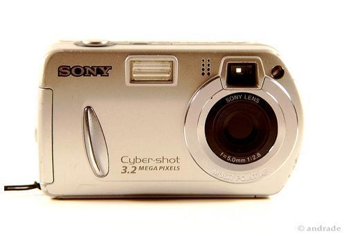 Foi com esta câmera compacta que tudo começou. Na foto é possível ver até mesmo as marcas de uso. Infelizmente não sei onde ela foi parar, não a tenho mais...