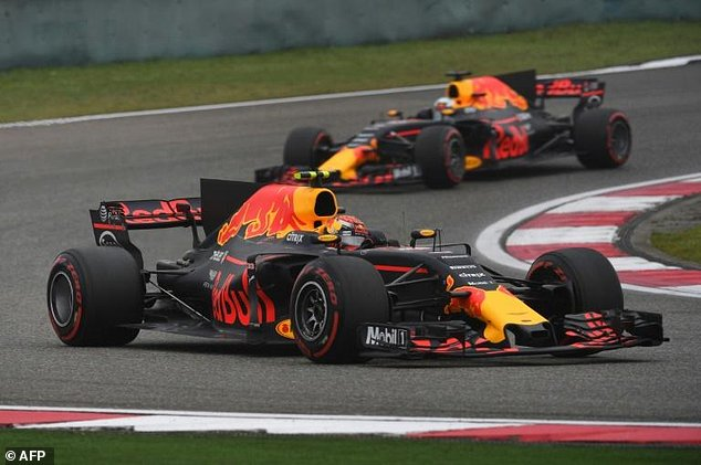 Verstppen segurou Ricciardo no final da prova e foi para o pódio, apesar do chororô.