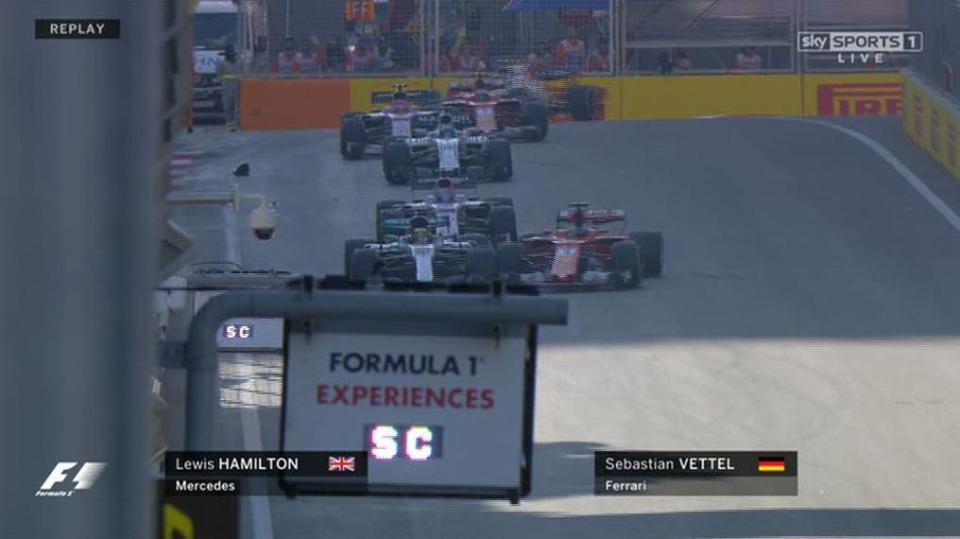 ... e imediatamente depois, o alemão jogou o carro pra cima de Hamilton. Zidane ficou com inveja.