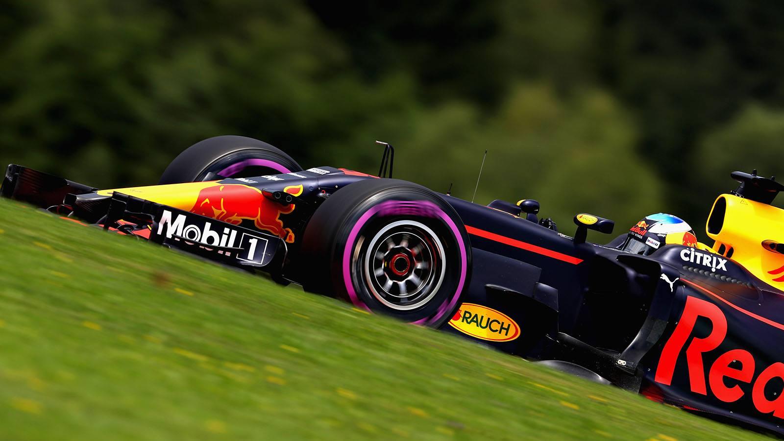 E tome shoey. Cinco pódios seguidos para Ricciardo.