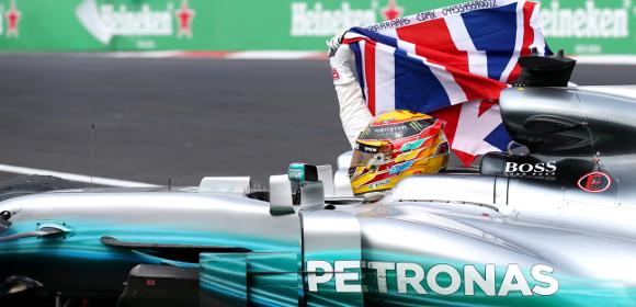 Bandeira do seu país em punho, como fazia Senna, seu maior ídolo. O ano de 2017 fez Hamilton superar o brasileiro em poles e títulos.